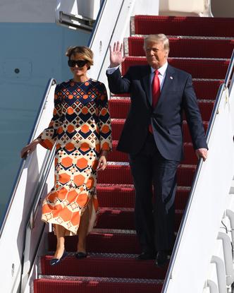 Фото №3 - Отпускное платье Gucci и широкая улыбка: Мелания Трамп с радостью возвращается к «обычной» жизни