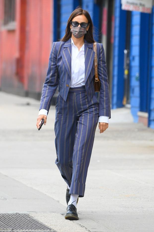 Фото №2 - Костюм в полоску и мартинсы: модное предсказание Ирины Шейк на осень 2021