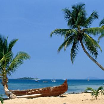 Один из лучших пляжей - Сакалава-Бей, где можно плескаться на мелководье и валяться на молочного цвета песке.