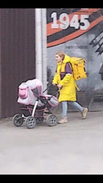 Фото №1 - В Сети ищут девушку-курьера с ребенком в коляске, хотя многие убеждены, что это фейк