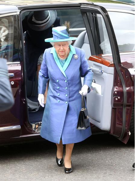 Фото №2 - Тайный шифр: зачем королева Елизавета ставит сумку на стол