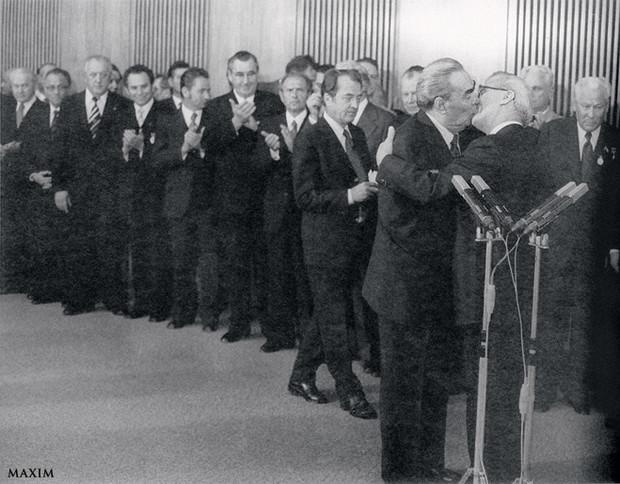 Фото №1 - История одной фотографии: поцелуй Брежнева и Хонеккера