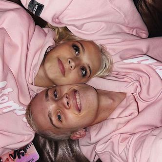 Фото №2 - Pink is new black: Даня Милохин и Юля Гаврилина доказали, что розовый парный лук— милота 💞