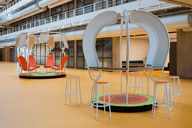 Фото №2 - Яркая мебель Матали Крассе в атриуме по проекту Ренцо Пьяно