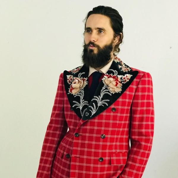 Фото №1 - Этой осенью нам точно нужен красный клетчатый костюм, как у Джареда Лето 😍