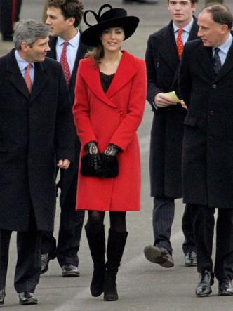 Фото №4 - До свадьбы и стилиста: какими были официальные выходы Кейт в статусе подруги принца