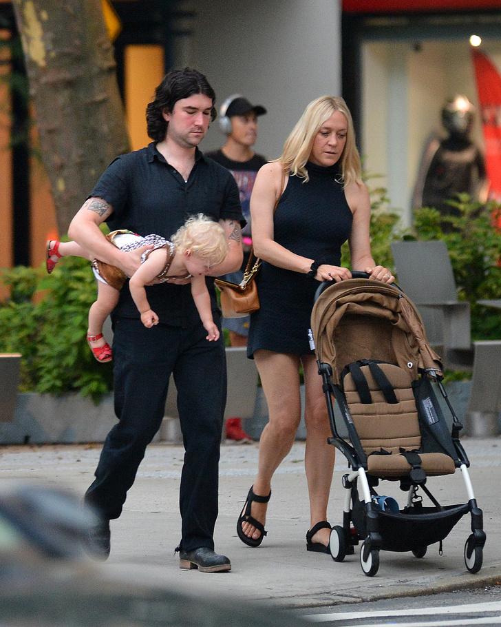 Фото №1 - Маленькое черное платье + «папины» сандалии: Хлоя Севиньи на прогулке с мужем и сыном Ваней