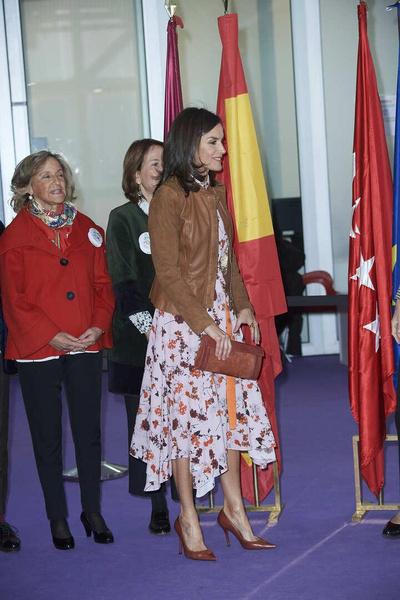 Фото №3 - Винтажный подарок: королева Испании появилась на мероприятии в старом платье свекрови