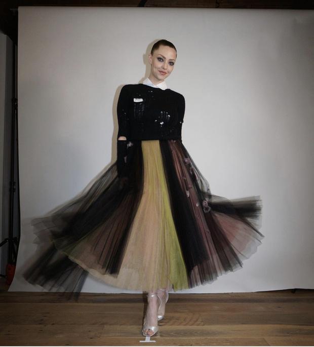 Фото №1 - Аманда Сайфред носит «панковское» платье Dior на домашней красной дорожке