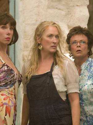 Фото №7 - 5 лучших fashion-образов из фильма «Mamma mia!» для тех, кто не готов прощаться с летом