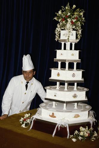Фото №1 - Кусок свадебного торта принца Чарльза и принцессы Дианы выставлен на продажу. Стартовая цена 40-летнего угощения— 50 000 рублей