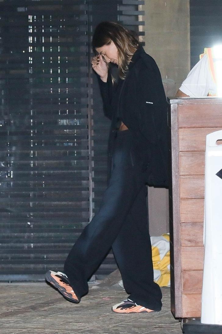 Фото №3 - Как выглядят идеальные брюки на осень и с чем их носить: показывает Хейли Бибер