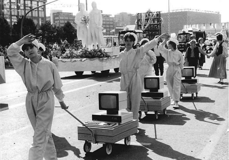 Фото №1 - История одной фотографии: сборщицы компьютеров на параде, ГДР, 1 мая 1987 года