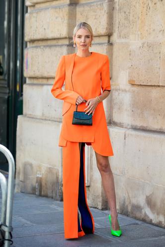Фото №3 - В офис и на свидание: как носить модные неоновые оттенки