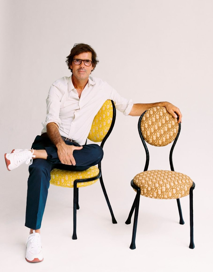 Фото №4 - 17 художников и дизайнеров переосмыслили знаменитый стул-медальон Dior