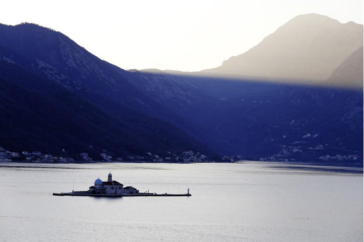 Фото №1 - Остров серебра в Черногории: собрание из 1427 благодарственных пластин