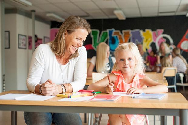 Няня может не только присматривать за ребенком, но заниматься с ним, например английским языком.