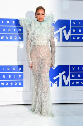 Фото №9 - Не рискнете повторить: самые скандальные образы Бейонсе— от «голых» платьев до нимба