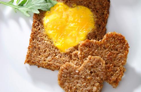 теплые тосты с яичной начинкой