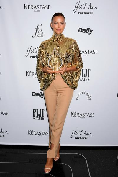Фото №2 - Шейк в золоте, Джиджи в коже и еще 13 нарядов икон стиля на Fashion Media Awards 2021