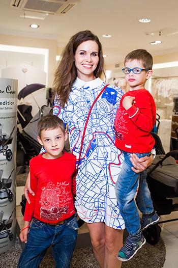 Наталья Лесниковская с сыновьями Егором и Марком