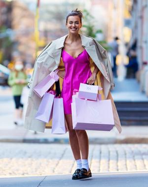 Фото №5 - Розовый кружевной корсет + рваные джинсы: ошеломительный образ Ирины Шейк