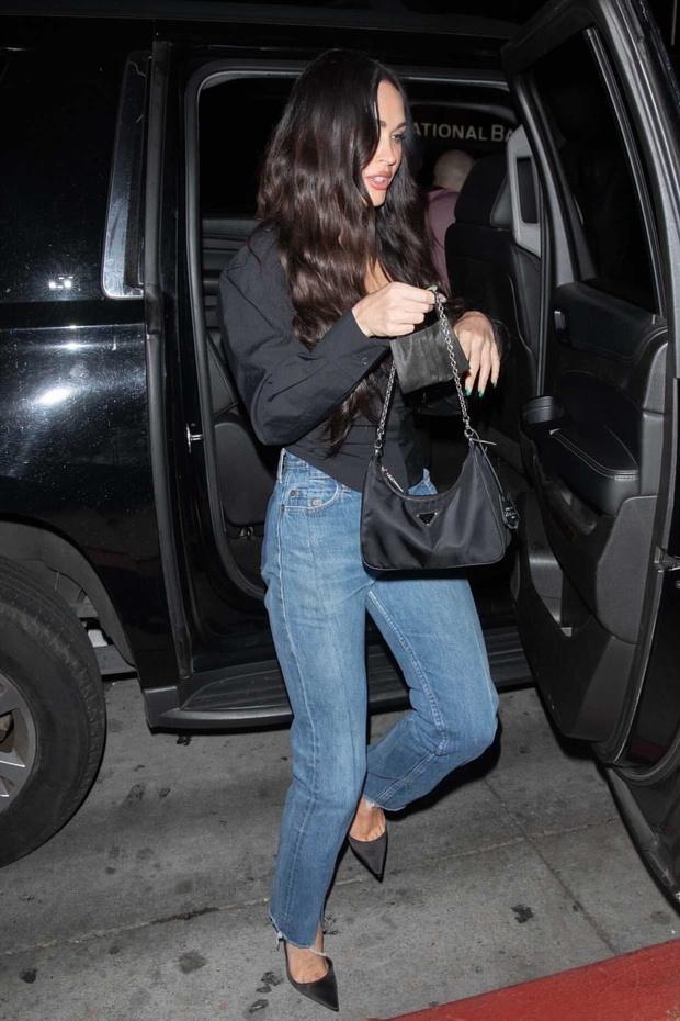 Фото №2 - Красота по-американски: Меган Фокс в джинсах с «обманом» и топе с прямоугольным декольте