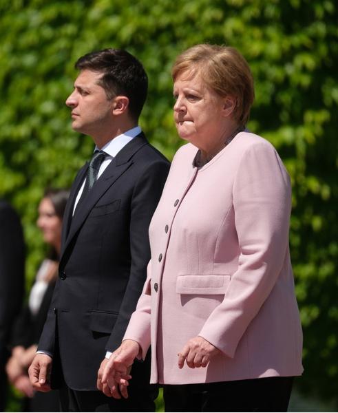 Фото №1 - Неубедительно! Представители Ангелы Меркель дали официальное объяснение ее недавнему приступу