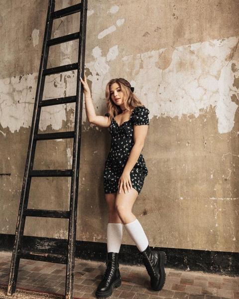 Фото №2 - Самая модная школьница: разбираем образ Ани Покров с новой фотосессии