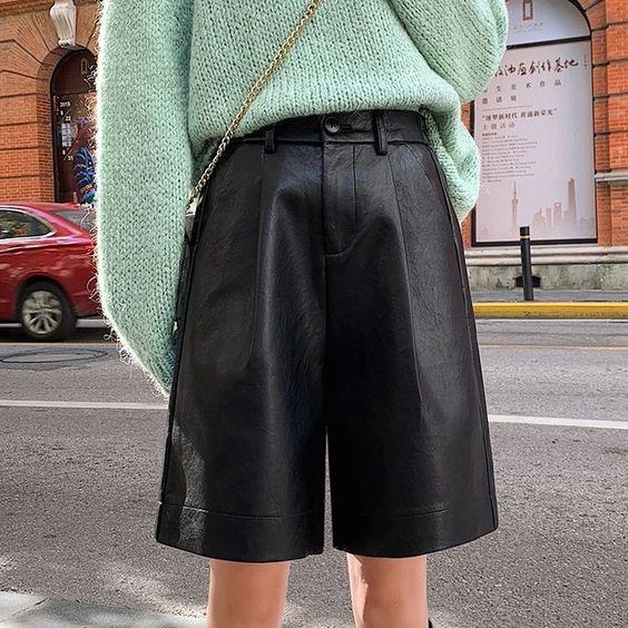 Фото №1 - Весна близко: смотри, с чем можно носить кожаные шорты