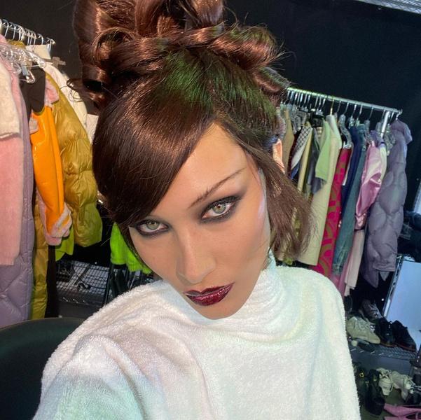 Фото №3 - Как носить челку этой осенью: вдохновляемся стильными прическами Беллы Хадид