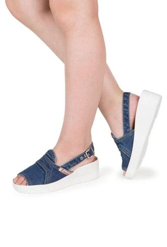 Фото №6 - От босоножек с декором до сандалий-гладиаторов: 10 антитрендов летней обуви