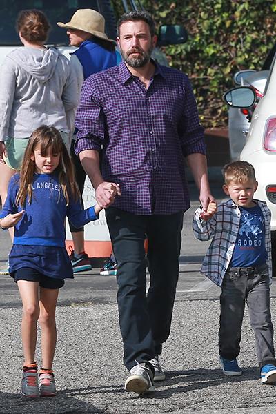 Фото №1 - Милота дня: Бен Аффлек сводил детей на воскресную службу