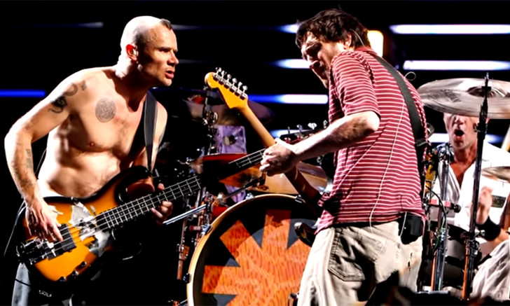 Фото №1 - Музыканты Red Hot Chili Peppers с детским хором и еще 10 клипов недели