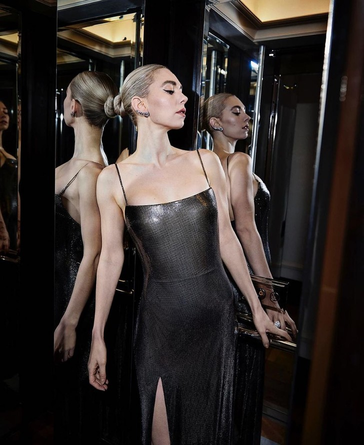 Фото №2 - Ожившая статуя: Ванесса Кирби в платье Atelier Versace из металлической сетки