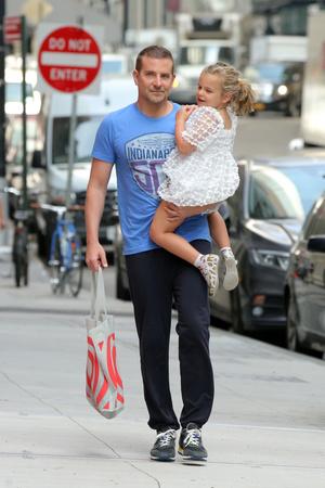 Фото №2 - Взгляд Брэдли Купера на малышку Лею— самое милое, что вы сегодня увидите