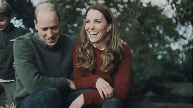Фото №3 - Салочки, посиделки у костра и прогулки вдоль моря: Кейт Миддлтон и принц Уильям показали, как выглядит их семейная идиллия, на видео