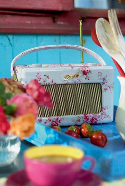 Скрасить время за приготовлением пищи поможет музыка. Кстати, этот радиоприемник, стилизованный под 1950-е годы, принимает все существующие диапазоны волн (поиск станций осуществляется «классическим» способом – вращением ручки) и работает как от сети, так и от батареек, да и звучит вполне современно.