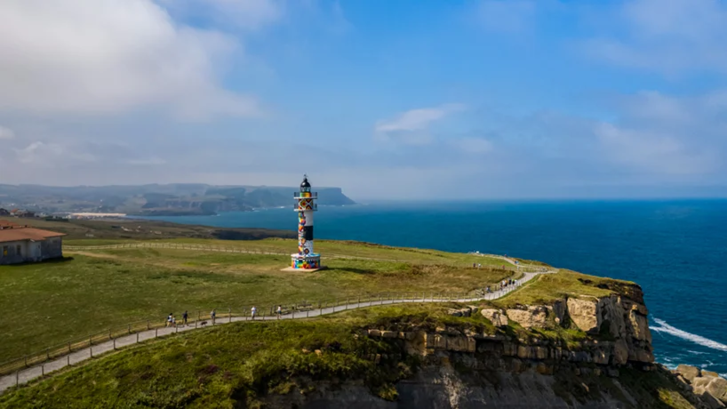 Фото №1 - В Испании раскрасили маяк