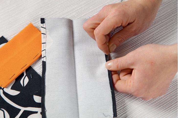 Из прямоугольников делают петли – заготовки подгибают с каждой стороны на 0,5 см и прошивают.