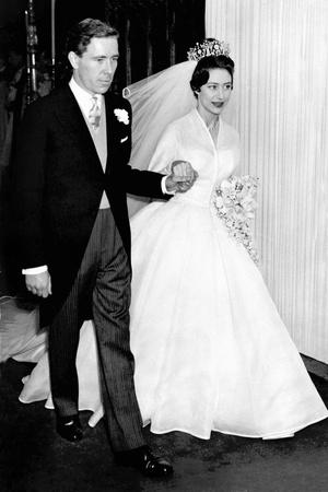 Фото №19 - От свадебных платьев до роскошных мехов: какие образы Виндзоров повторили в сериале «Корона»