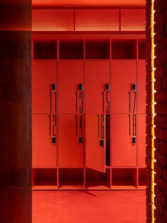 Фото №9 - Игра на контрасте: яркий фитнес-клуб в Москве