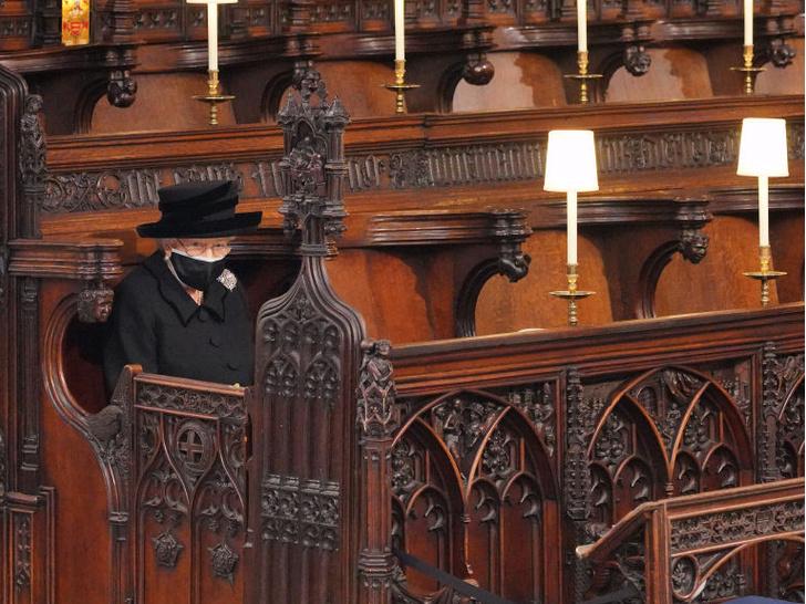 Фото №2 - Одинокая королева: самая грустная фотография Елизаветы II