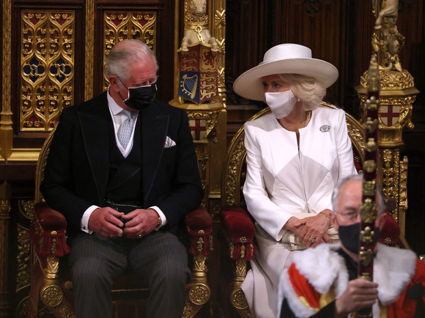 Фото №6 - Лавандовое пальто и никакой короны: первый (и очень важный) выход Елизаветы после траура