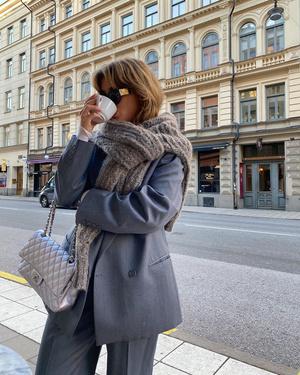 Фото №1 - Повязанный на манер шарфа свитер— модный трюк, подсмотренный на стритстайле