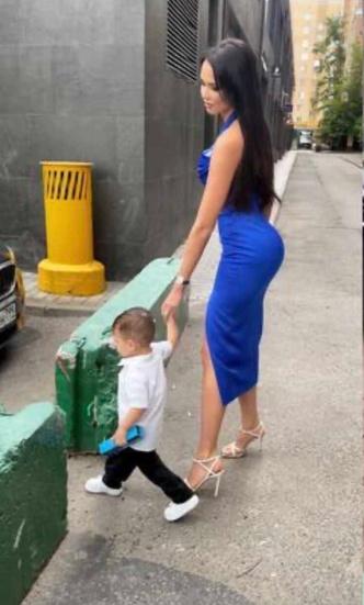 Фото №2 - Накладные? Решетова удивила выдающимися ягодицами на прогулке с сыном