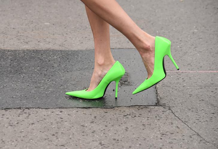 Фото №9 - В офис и на свидание: как носить модные неоновые оттенки