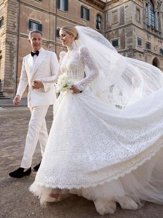 Фото №19 - Платья-близнецы: 15 слишком похожих свадебных нарядов королевских особ