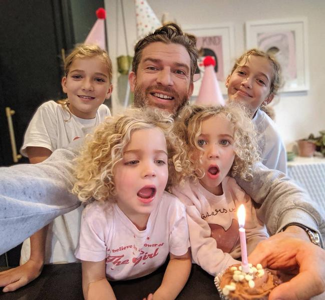 Фото №1 - Папа 4-х дочерей прославился благодаря снимкам с детьми: 15 уморительных фото