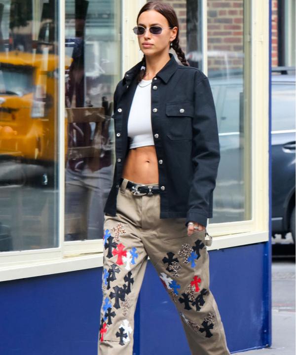 С чем носить джинсы с нашивками: показывает Ирина Шейк